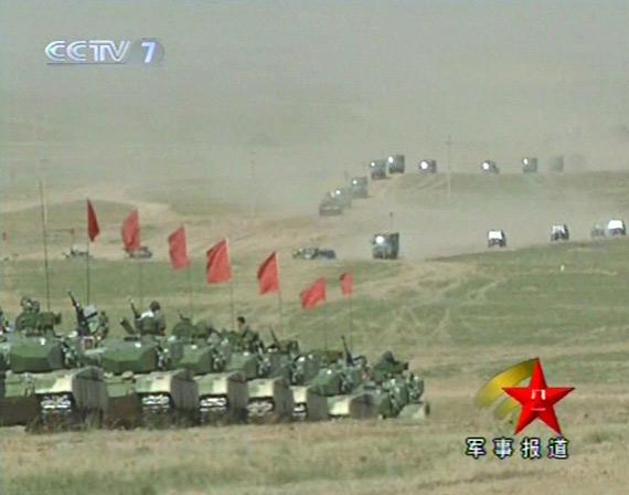 红军重型装甲部队正在向演习地集结