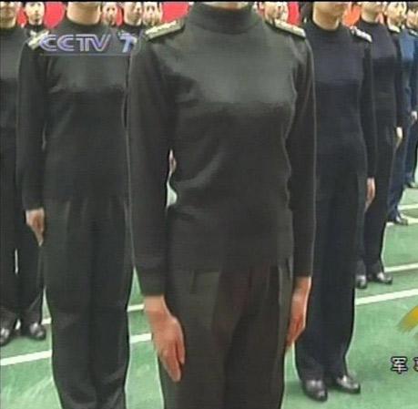 解放军开始换发07式干部冬常服及士兵作训大衣图片