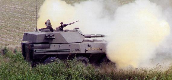 新型轮式105毫米自行突击炮对目标开火