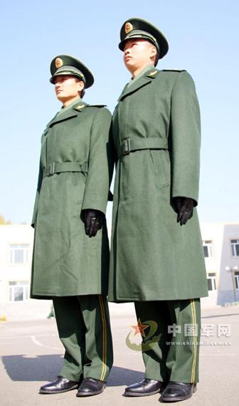 穿着07式常服大衣的武警警官-武警警官文职干部开始换发07式新冬服图片