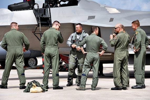 资料图:关岛安德森空军基地的F-22A战机飞行员