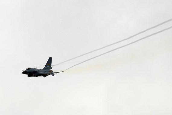 国产歼10战机拉烟通场 摄影:冰凉 新浪独家图片,未经许可不得转载。