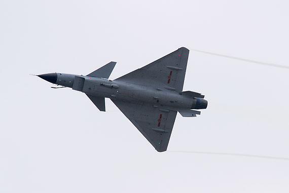 歼10战机小半径转弯后向观众露出机腹摄影:冰凉新浪独家图片,未经许可不得转载。