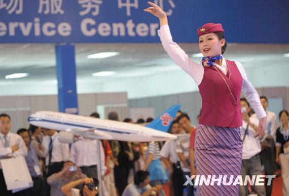 中国南方航空公司空姐在展馆展示才艺图片