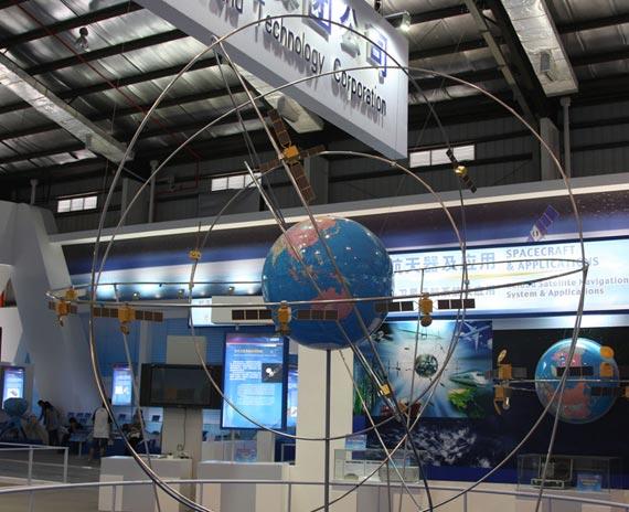 第七届珠海航展上展出的中国北斗导航卫星定位全系统模型摄影:安京