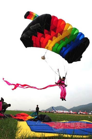 女队员跳伞着陆