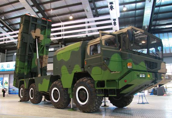 将火箭发射箱竖起的神鹰400制导火箭炮摄影:门广阔