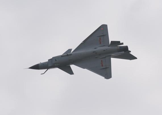 歼-10战机特技飞行表演。摄影:陈诚