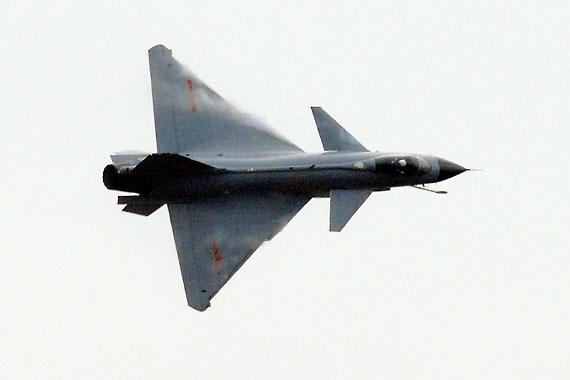 国产歼10战机小半径转弯时在机翼处激起涡流摄影:冰凉新浪独家图片,未经许可不得转载。