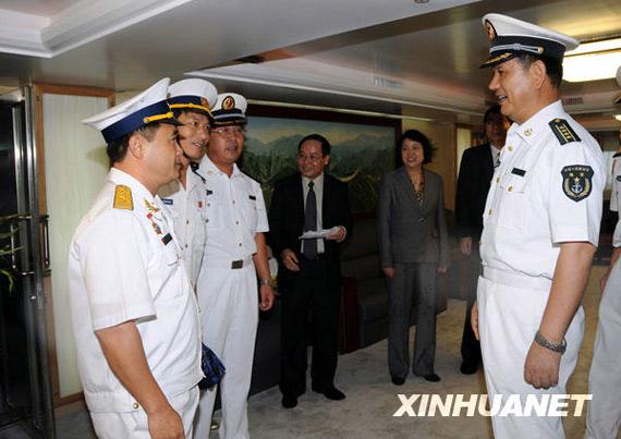 """11月18日,中国海军""""郑和号""""训练舰出访指挥员、大连舰艇学院院长杨骏飞(右)在""""郑和号""""上接见越南军政代表。新华社记者黄海敏摄"""