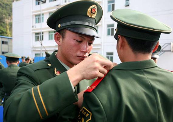 11月22日,深圳边防支队两名即将退伍的战士相互拆下领章和帽徽。从11月22日开始,驻深圳特区的近千名老兵陆续退伍。临别时,老兵们用各种方式表达彼此难舍之情。新华社记者周文杰摄