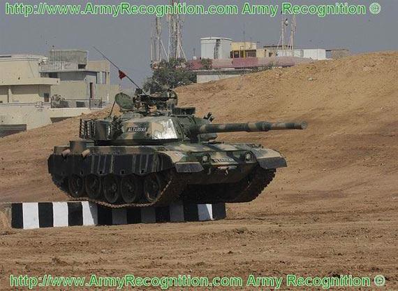 """""""艾-扎拉""""主战坦克进行性能展示"""