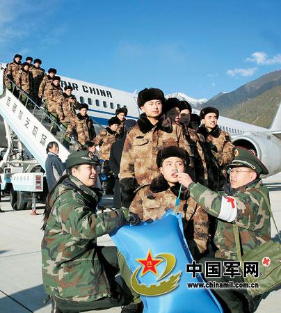 为刚下飞机的新战士正在吸氧气。图中新兵穿着07式短款作训风衣。杨志宏摄
