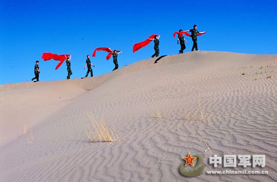 女兵来到驻地沙山,尽情地享受沙漠的柔情