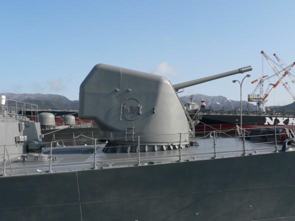 资料图:日本高波级驱逐舰上的127毫米舰炮