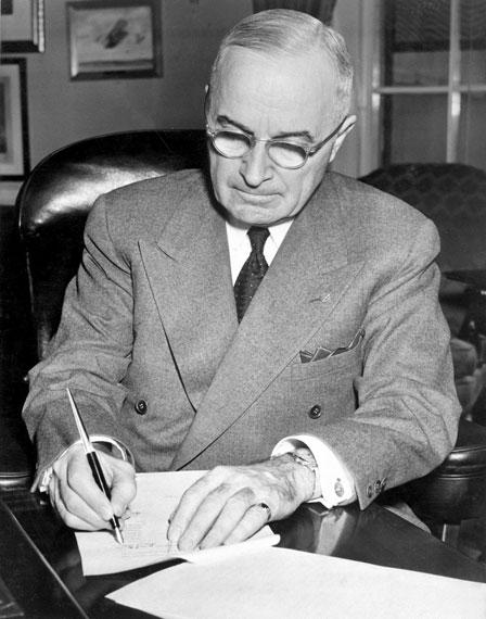 美国第33任总统杜鲁门在白宫签署声明宣布全国进入紧急状态。