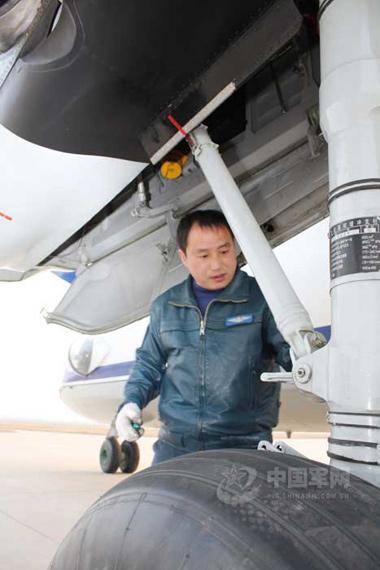 空军某部人工增雨飞机机组人员会同安徽省人工影响