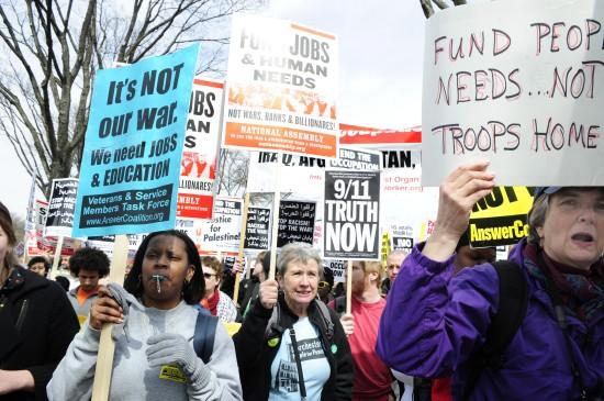 3月21日,美国首都华盛顿举行大规模反战示威集会,数千名抗议者参与了此次集会。新华社记者张岩摄