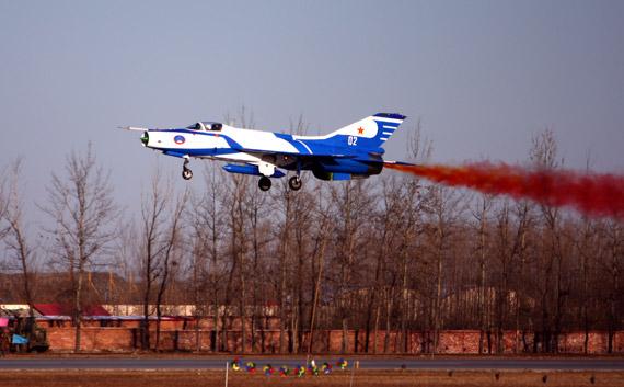歼-7GB战机超低空通场。摄影陈诚门广阔