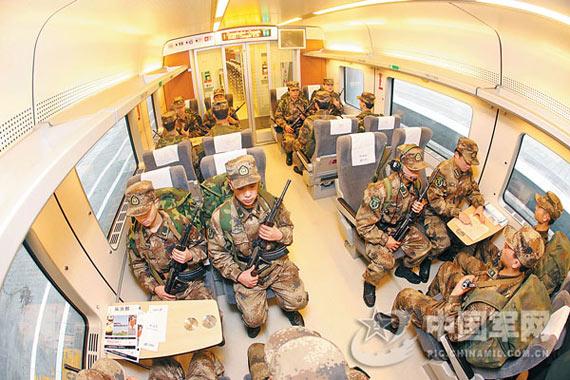 成都军区军人搭乘和谐号列车实施机动