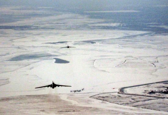 3月9日,战机在黄河内蒙古段冰凌区上空执行任务。新华社发