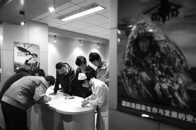 昨日,朝阳区第二医院,应征入伍青年在填报资料。当日,北京征兵体检启动,600余名青年参加,其中大学生占到六成以上。新京报记者 浦峰 摄