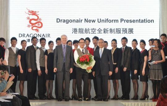 港龙主席史乐山及行政总裁杨伟添于揭幕礼上致谢设计师刘培基先生。