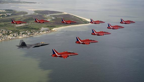 图文:美军F22战机和英国红箭表演队