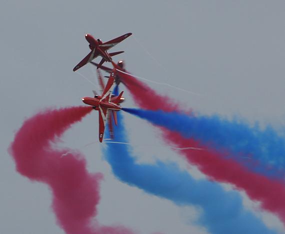 图文:红箭飞行表演队进行特技飞行
