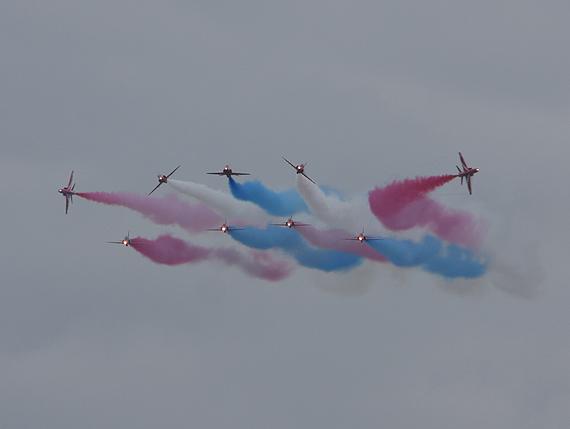 图文:英国红箭飞行表演队进行花式飞行表演