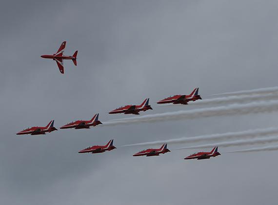 图文:英国红箭飞行表演队空中变换队形