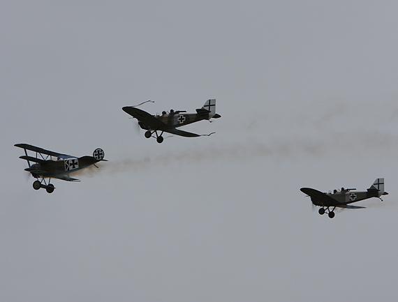 组图:二战老式飞机在范堡罗上空模拟空战