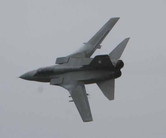 图文:英国狂风战斗机空战飞行表演