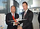 空客首席运营官法布里斯向陈峰赠送A330模型