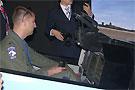 美军F-16飞行员试驾中国猎鹰高教机模拟器