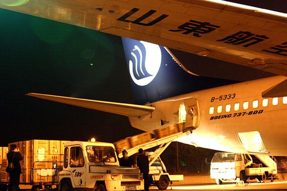 山东航空公司立即抽调五架波音737飞机