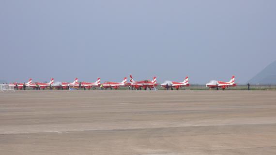 12架印度空军特级飞行队所用教练机停在停机坪上。(王兰摄 新浪网独家版权,禁止转载).