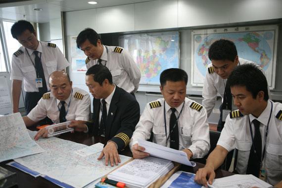 南航赴墨包机机组正积极进行飞行前的准备工作(摄影:胡蓉)