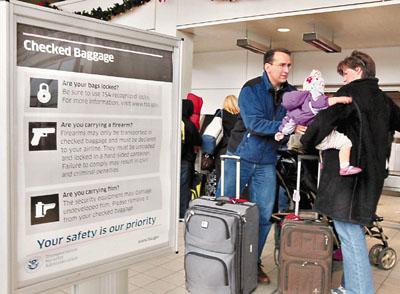 底特律机场,一个家庭排队等待安检。
