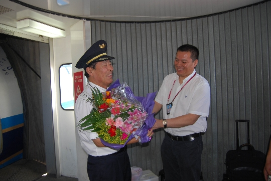 图:南航北方分公司飞行部领导到机场迎接老佟最后一班归来。摄影:周丹   民航资源网2010年8月3日消息:2010年8月2日下午15点25分,60岁的中国南方航空股份有限公司(China Southern Airlines Company Limited,简称南航)北方分公司飞行部飞行教员、一级飞行员佟德臣完成了飞行生涯中的最后一次飞行,为他42年的飞行生涯画上圆满的句号。   42载春秋,佟德臣以他精湛的技术和严谨的作风安全飞行了22000小时。多次被评为先进生产者、安全先进个人,优秀共产党员称号