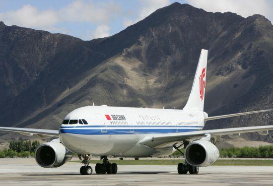 国航空客A330飞机抵达拉萨贡嘎机场