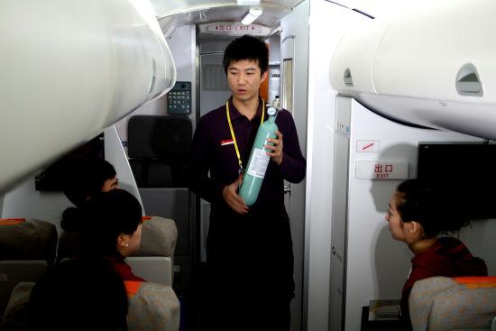 天津航空乘务组在模拟机中开展项目训练