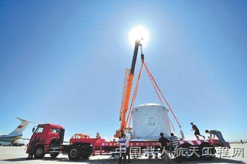 图:试验队队员正在机场小心翼翼地把神舟八号飞船轨道舱卸载到运输车上 (图片来源:中国航天科技集团公司网站)