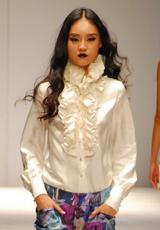 白色衬衫与花色裤装