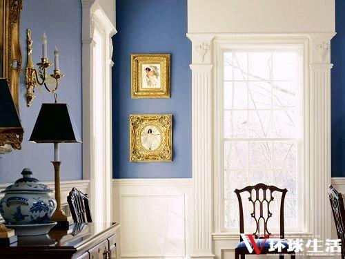 低明度的纯蓝墙面加了金色挂画和壁灯来做点缀,是点睛之笔。