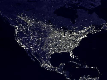 这是北美地区夜间城市灯光照片。北美是世界最富裕的地区之一。