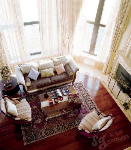 俯仰之间,客厅的格局更显阔达、大气。