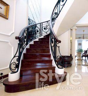 楼梯的造型就与欧式古典风格中常见的螺旋型和弧线型