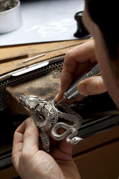 熟练的镶嵌专家采用独家技巧将宝石固定到珠宝上,进行由蜡到金属的转换