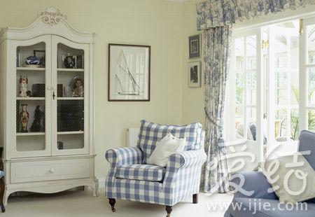 可根据季节和心情改变窗帘和沙发套的花色